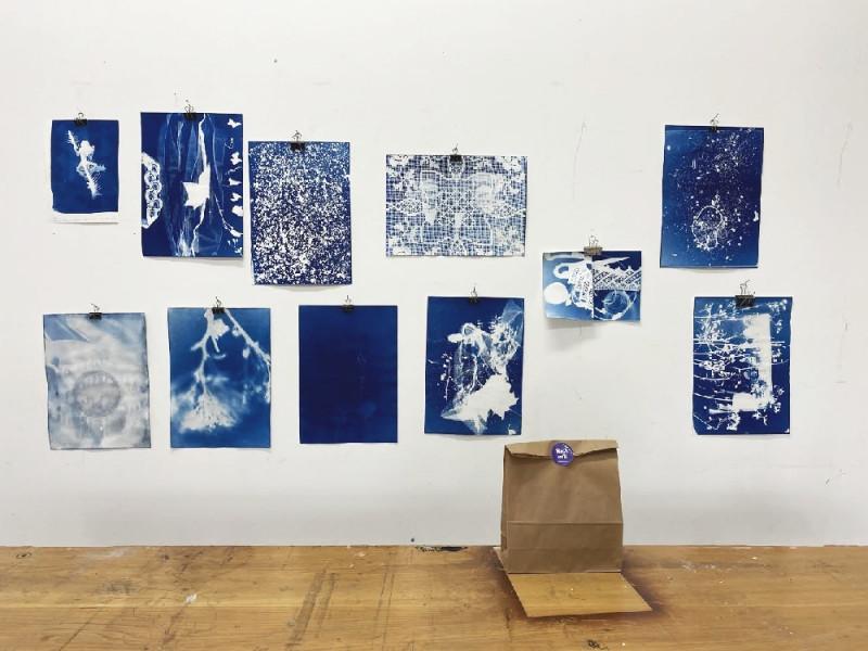 11 Blaudrucke (Cyanotypien) A5 und A4 groß hängen an der Wand