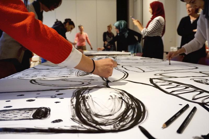Hand malt mit Pinsel und schwarzer Tusche, eine große Tasse auf ein weißes Papier