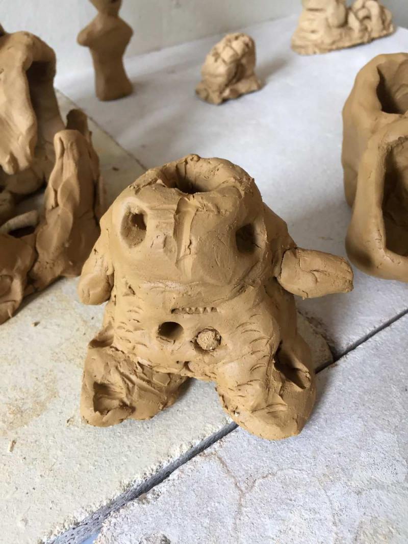 Monster aus Ton geformt, in der Mitte ist ein Loch im Kopf
